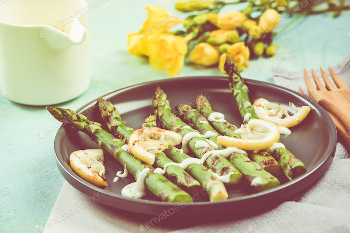 Grilled asparagus with hearbal dip and lemon