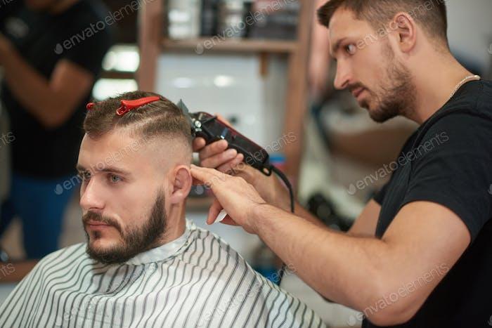 Молодой человек в парикмахерской