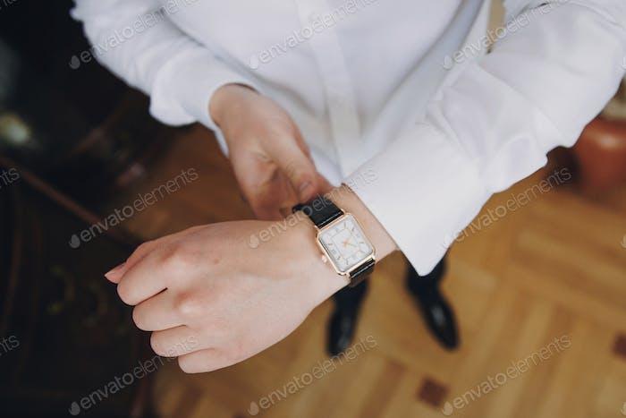 Бизнесмен держит роскошные часы