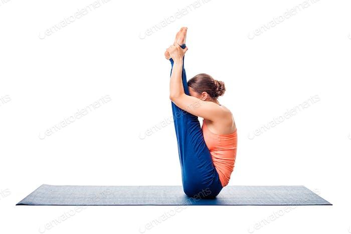 Frau tut Ashtanga Vinyasa Yoga Asana Urdhva mukha paschimotta