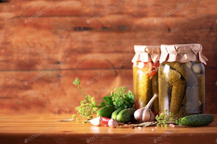 Eingelegte Gurken in Dosen über Holzhintergrund. Kopierraum. Konserven oder fermentierte Lebensmittel. Ernte