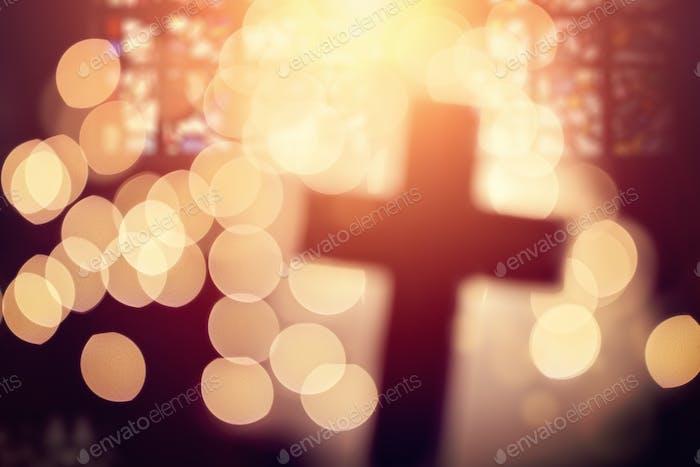 Abstraktes Kreuz im Kircheninneren