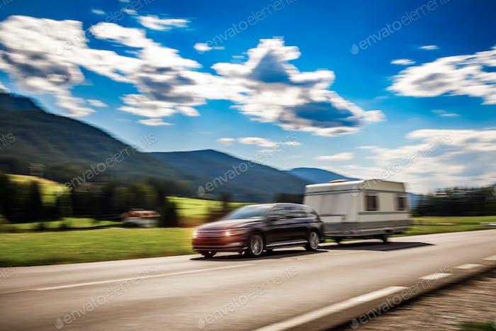 Familienurlaub Reisen, Urlaub im Wohnmobil, Caravan Auto Bewegungsunschärfe