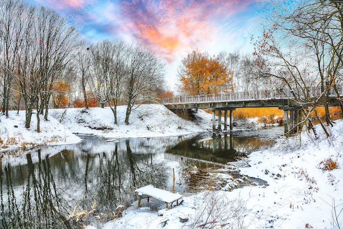 Blick auf den Fluss und die Bäume im Winter