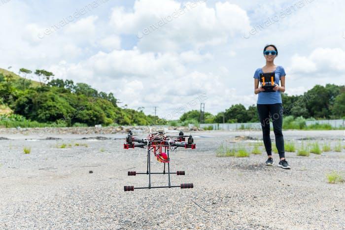 Frau steuernde Drohne