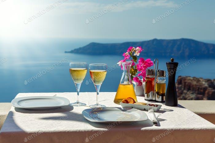 Tisch und zwei Gläser Wein der Insel Santorin