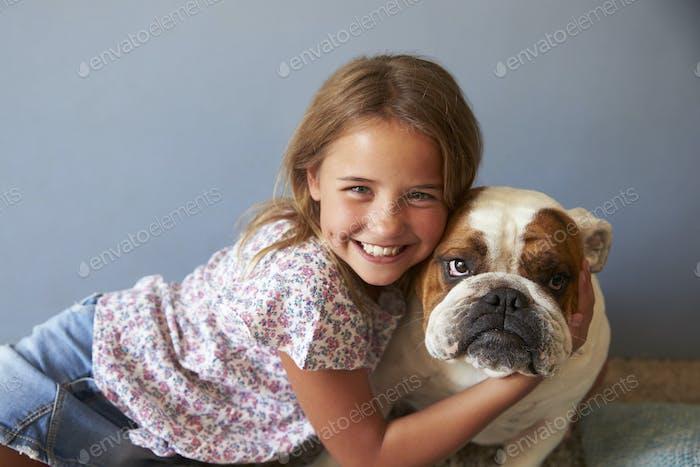 Porträt von Lächeln Mädchen mit Haustier British Bulldog