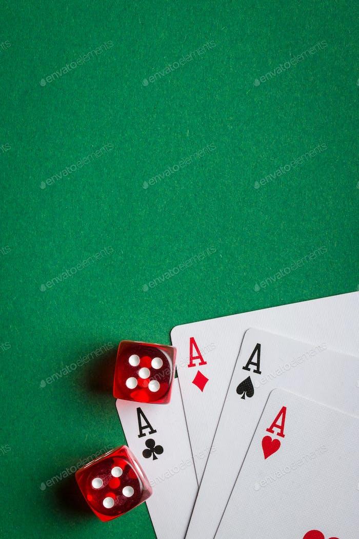 Покерные карты и кости.