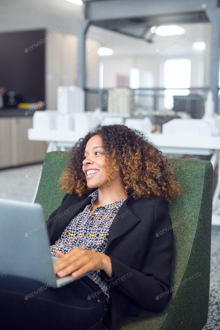 Lächelnder Architekt mit Laptop