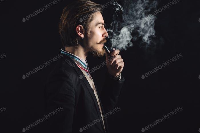 Junge Herren raucht eine Pfeife