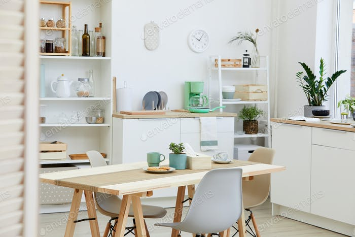 Mesa de cocina y cocina en la casa