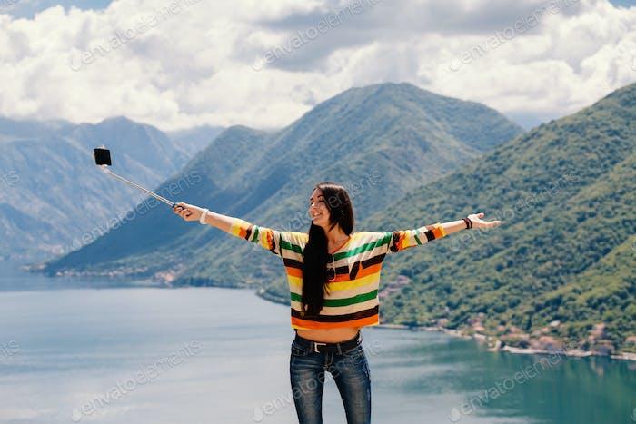 glückliche Frau Reisen und mit Smartphone mit schöner Landschaft