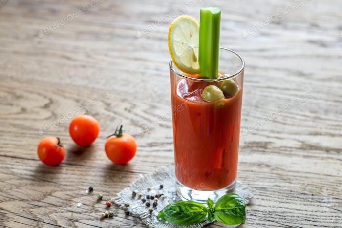 Bloody Mary Cocktail auf dem hölzernen Hintergrund