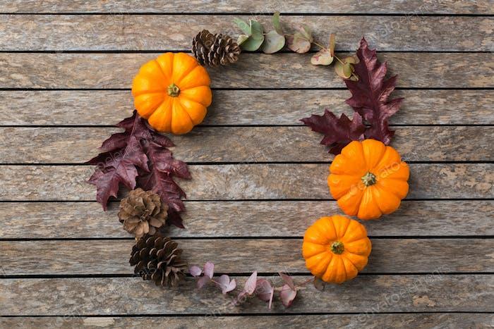 Herbst Herbst Thanksgiving Tag Blumenzusammensetzung mit getrockneten Blättern