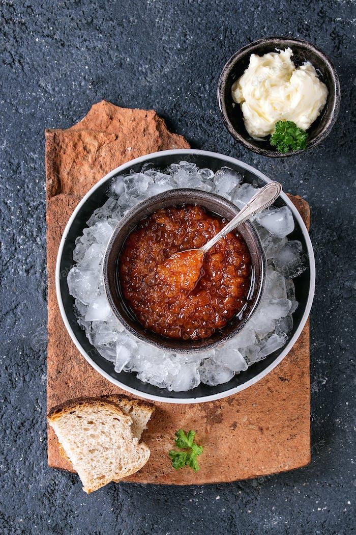 Schale aus rotem Kaviar