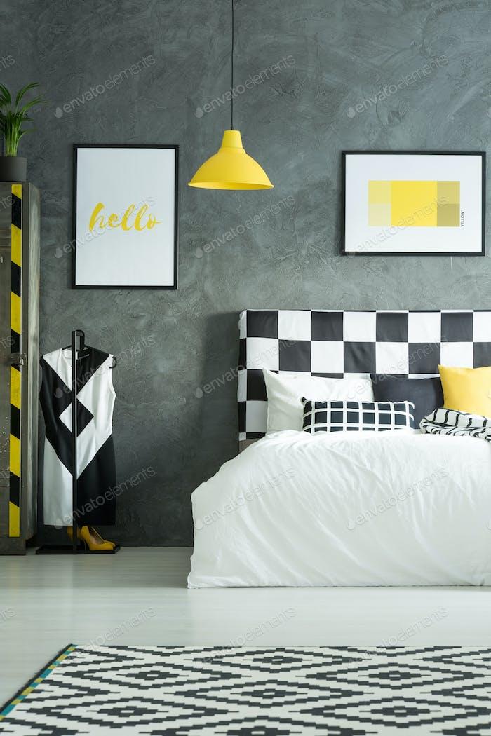 Zwei Bilder über dem King-Size-Bett