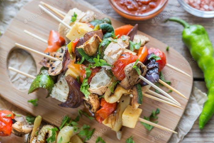 Gegrillte Gemüsespieße auf dem Holzbrett