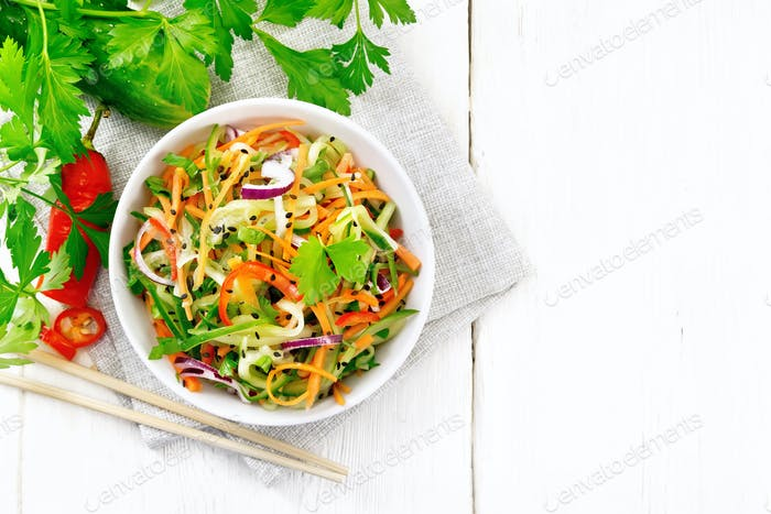 Salat von Gurke in Schüssel an Bord oben