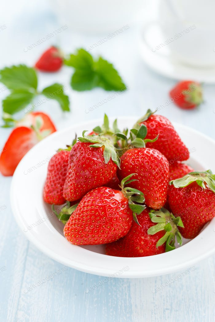 Fresh strawberry in bowl on table