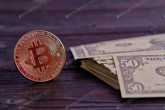 Dollar-Banknoten und Bitcoins auf einem Holztisch