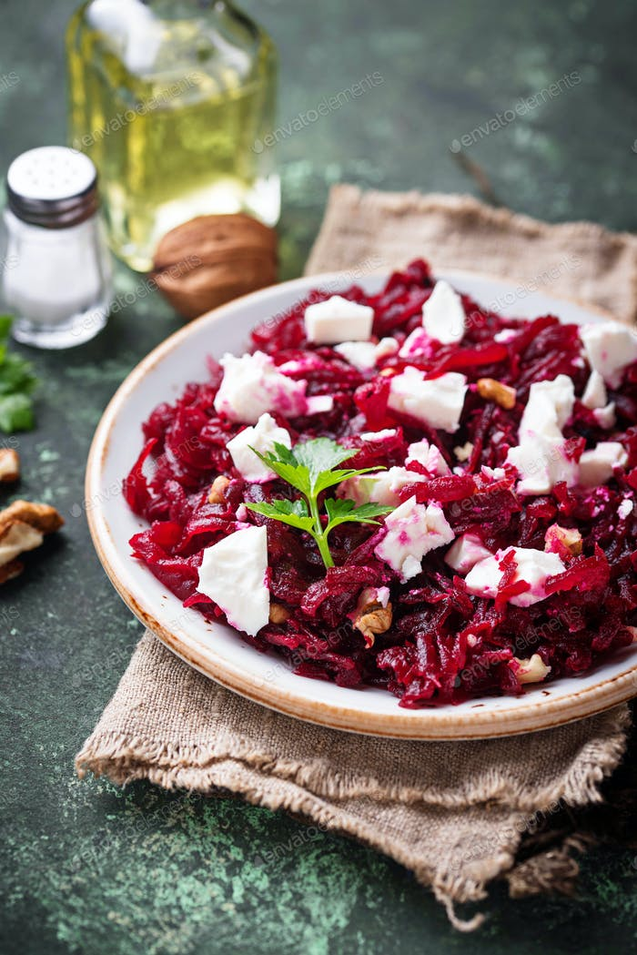 Gesunder Rote-Bete-Salat mit Feta und Walnüssen