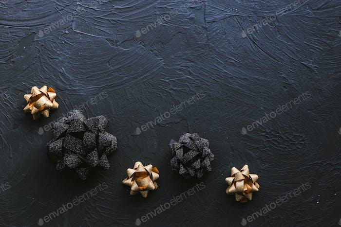 Gold- und schwarze Schleife für Geschenkbox auf schwarzem Hintergrund. Weihnachten.