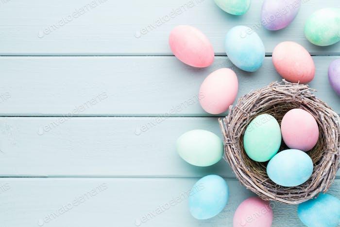 Fondo de huevos de Pascua pastel. Tarjeta de bienvenida de primavera.