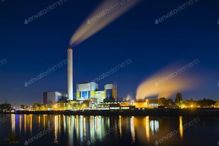 Müllverbrennungsanlage bei Nacht