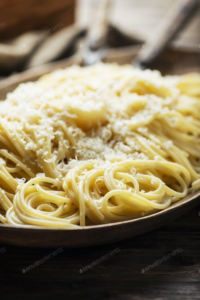 Traditionelle iatlian Spaghetti mit Käse