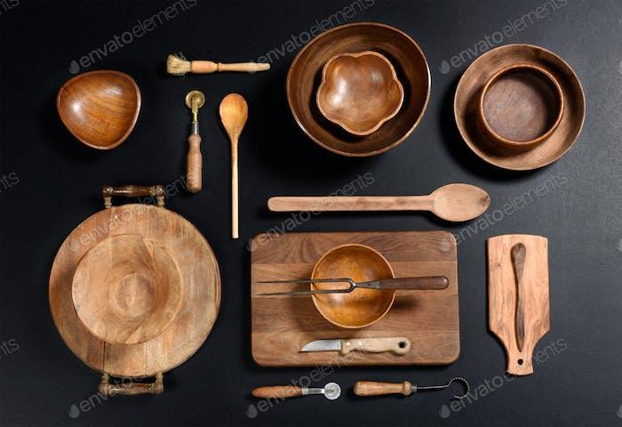 Коллекция деревянных кухонных чаши и посуды