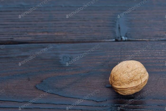 Eine Walnuss auf einem Tisch