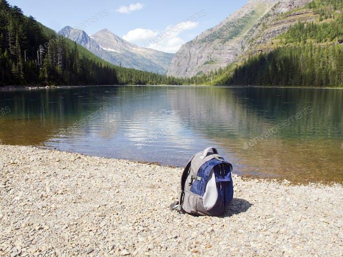 Mochila at mountain lake, Glacier National Park, Montana, Estados Unidos da América