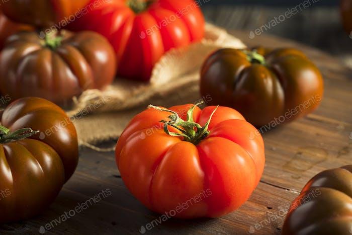 Tomates Raw orgánicos rojos y marrones de reliquia