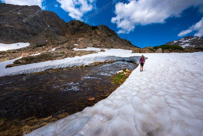 Rucksackpacker auf dem Mt Toll Trail unterhalb des Blue Lake Colorado