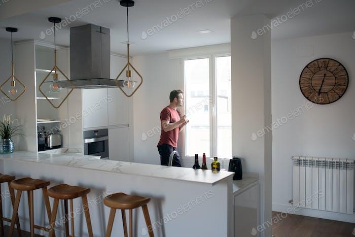 Mann mit Frühstück durch die Fenster