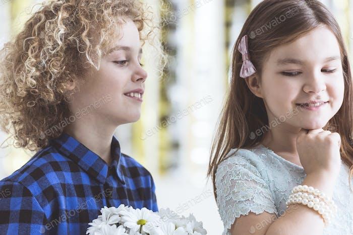 Junge flirten mit Mädchen