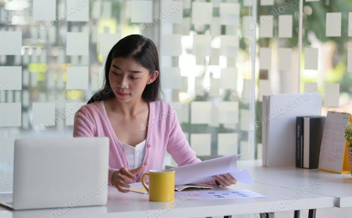 Student nutzen Laptop, um online nach Informationen zu suchen.