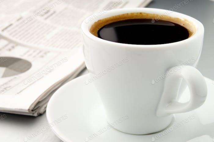 Tasse Kaffee und eine Zeitung