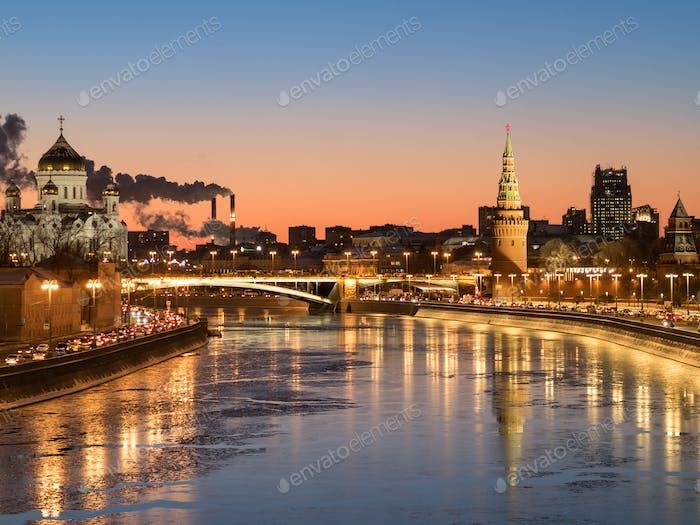 Winterabend Moskau Blick auf den Kreml
