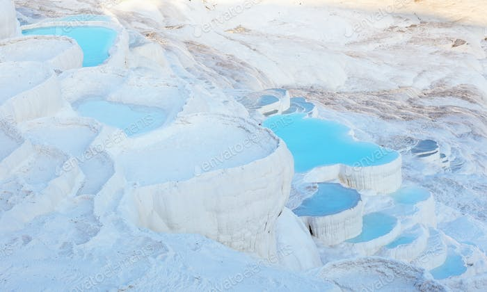 Blaues Wasser in den Travertin-Pools von Pamukkale