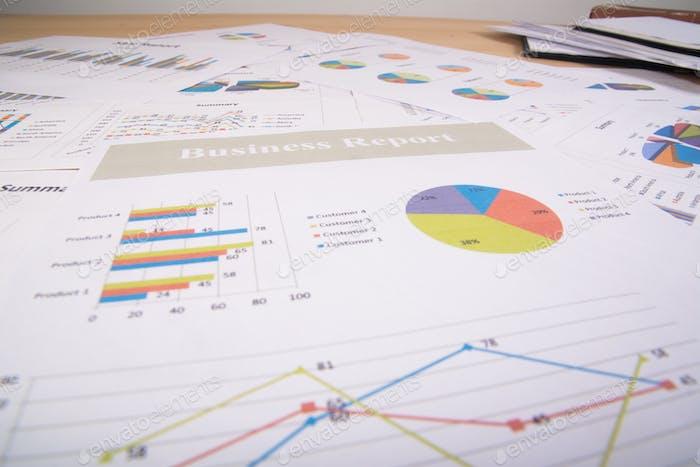 Informe de negocios. Gráficos y gráficos. Informes comerciales y pila de documentos. Concepto de negocio.