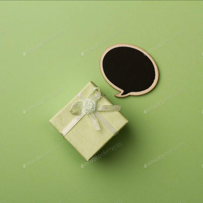 Concept kleine Geschenkbox mit hölzerner Sprechblase für Nachrichten