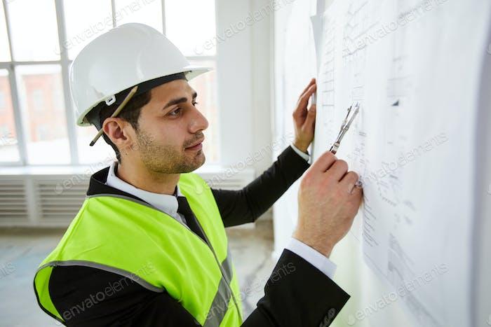 Ingenieur nimmt Messungen vor