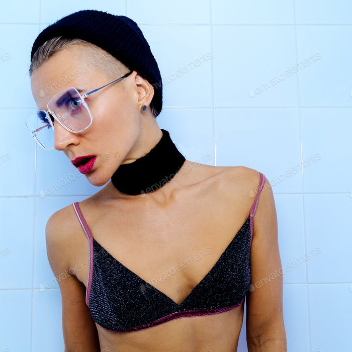 Fashion Tomboy model in cool glasses and choker accessories Tren