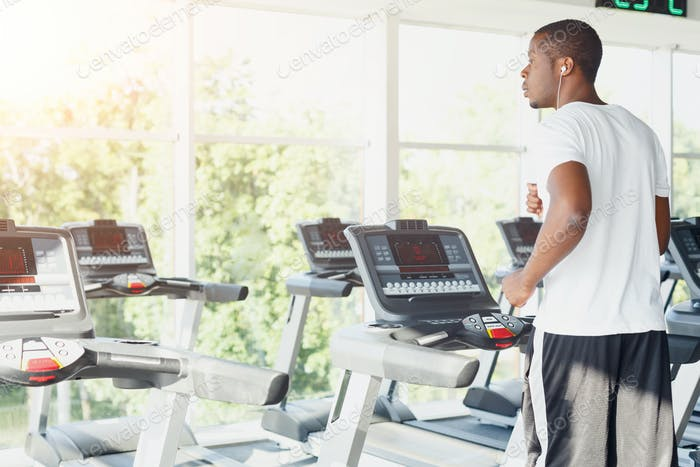 Mann auf Laufband im Fitness-Club, gesunder Lebensstil