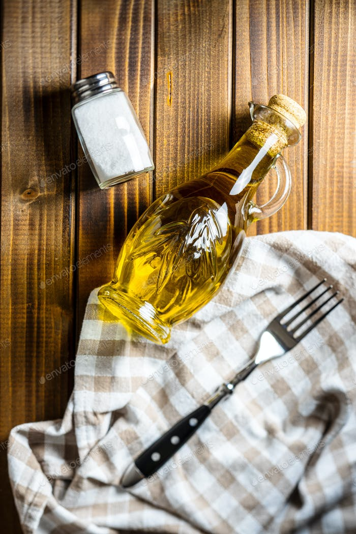 Olivenöl in Glasflasche.