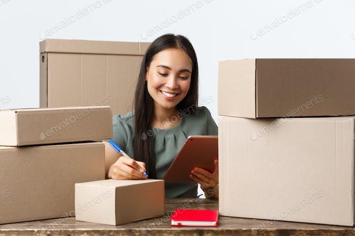 Kleinunternehmer, Startup und E-Commerce-Konzept. Lächelnde asiatische Geschäftsfrau, Online-Shop