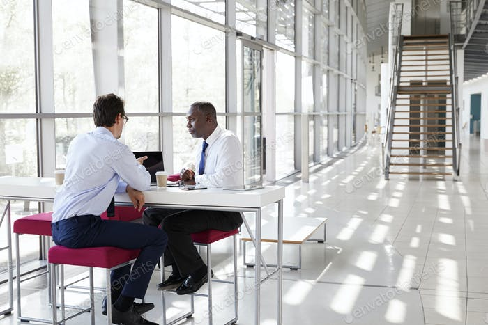 Zwei Geschäftsmann im Gespräch während eines Treffens