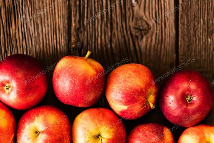 Fondo de manzanas enteras y cortadas en madera