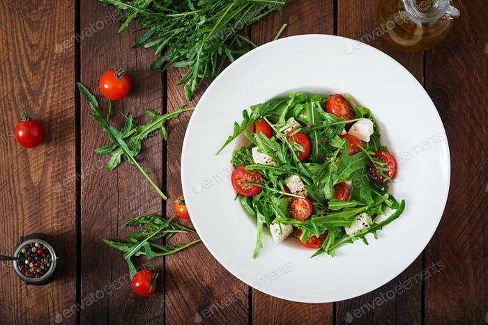 Vitamin Salat aus frischen Tomaten, Rucola, Feta-Käse und Paprika
